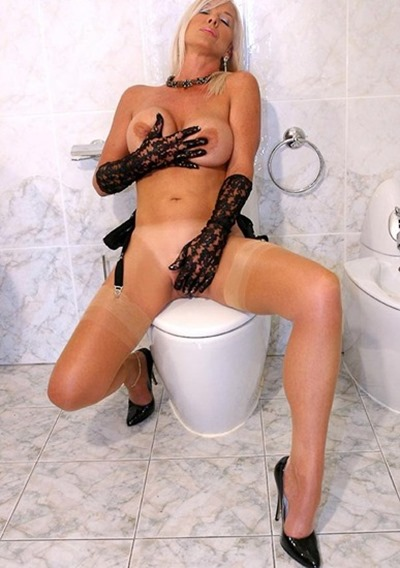 amazing-astrid-playing-in-the-bathroom